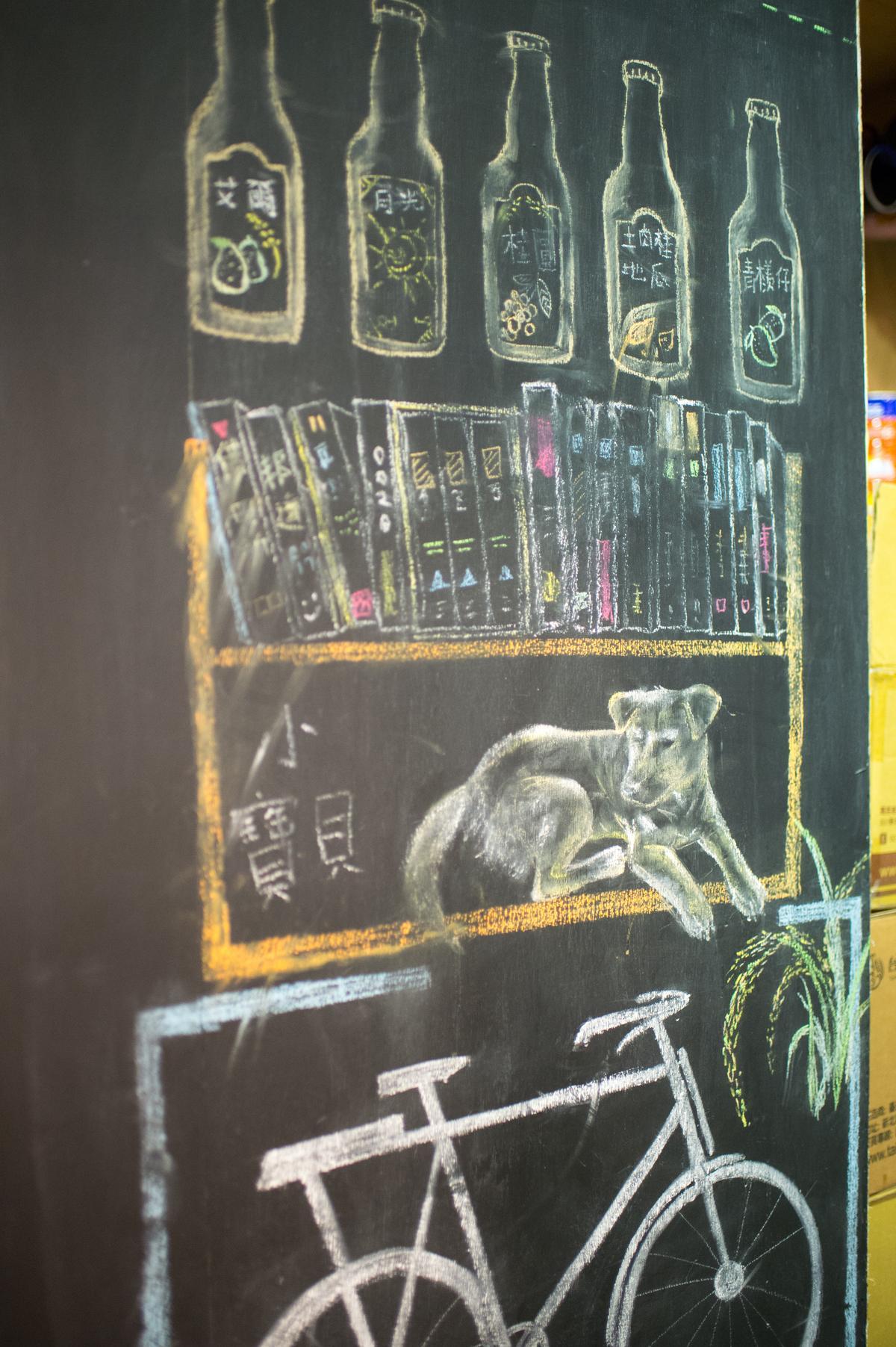 這一面書店塗鴉,畫出小店日常風景。