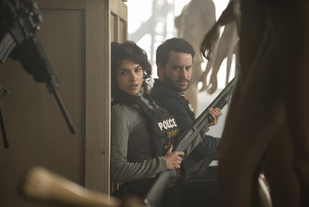 狄娜(左)是國安局探員,她自認從美軍前線挖出一樁逼供案的線索,卻讓自己陷入了危機。