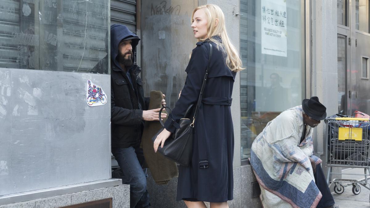 曾在《漫威夜魔俠》出現過的記者凱倫,再次成為法外之徒求助的對象。
