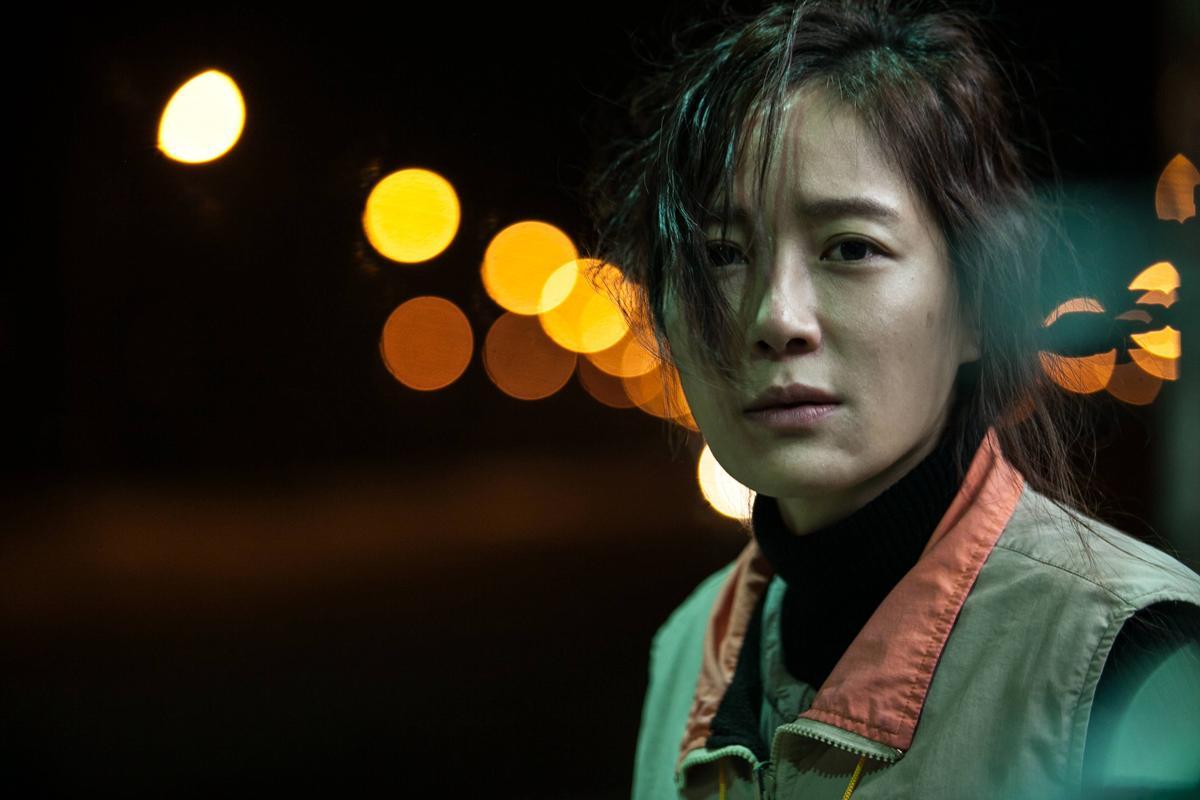 尹馨為演出國道收費員,不僅幾乎素顏、黑眼上陣,她也將一個貧窮的單親媽媽詮釋得相當立體有層次。(金馬執委會提供)
