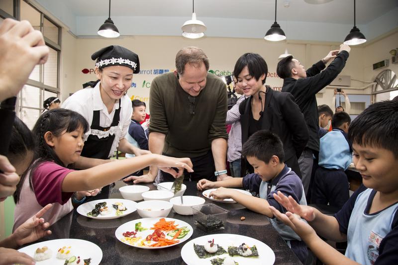 丁博比(中)走入台灣校園,親身體驗了解台灣食育推廣情形。