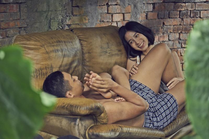 溫貞菱不愧金鐘影后,與小鮮肉巫書維演出挑逗戲,她用手指在巫書維大腿遊走,兩三下就把他弄得非常舒服,順利拍完這場戲。(双喜提供)