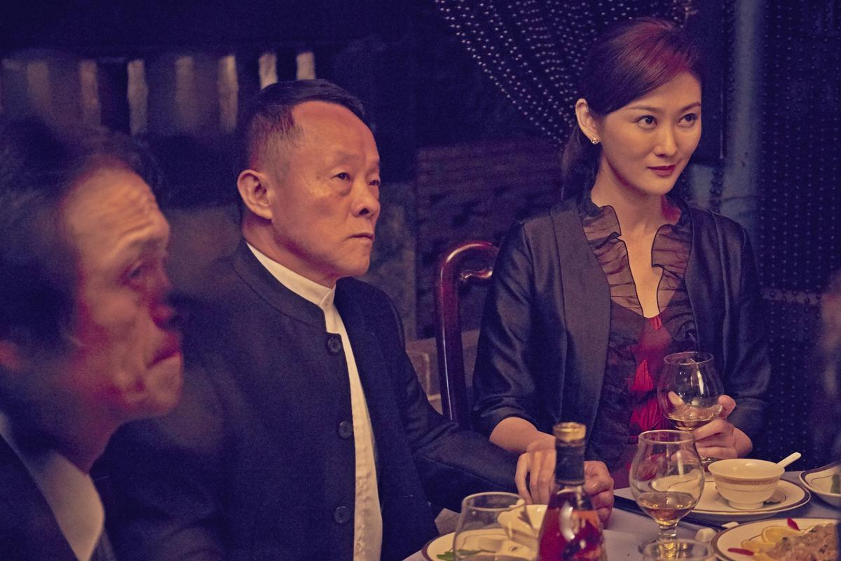 片中男角不是陪襯的綠葉就是很「衰」,如王偉六飾演的議長扯上金錢糾紛,陳佩騏則飾演議長特助。(双喜提供)