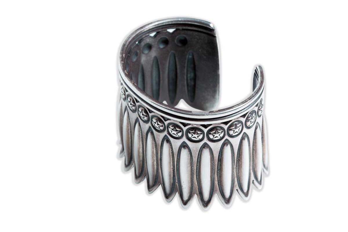 來自美國新墨西哥州的Cody Sanderson寬版手環,約NT$80,000。