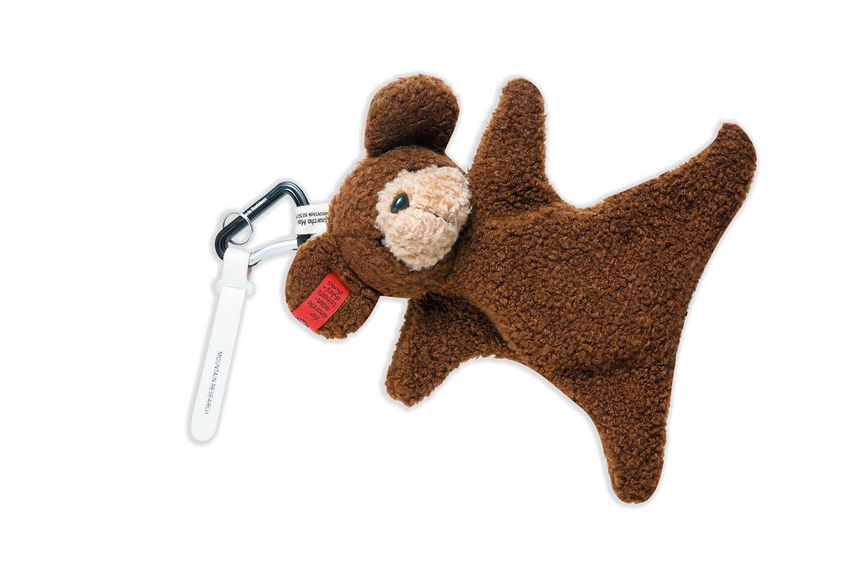 日本戶外用品潮牌Anarcho Mountaineers小熊造型掛袋,約NT$4,000。