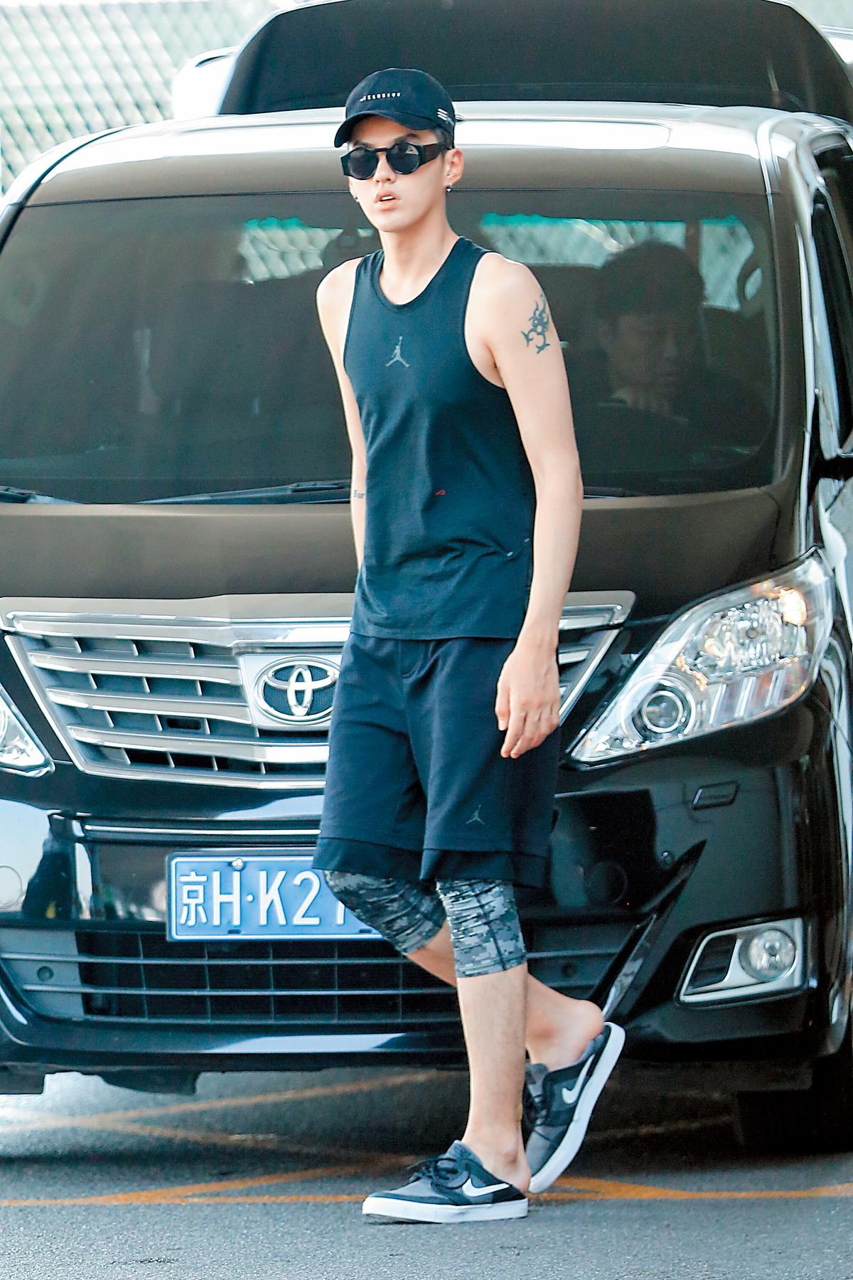 現身在北京機場的吳亦凡,穿著Air Jordan背心,搭配迷彩運動褲,再以同色系的棒球帽準備搭機,非常隨性又帥氣啊!(東方IC)