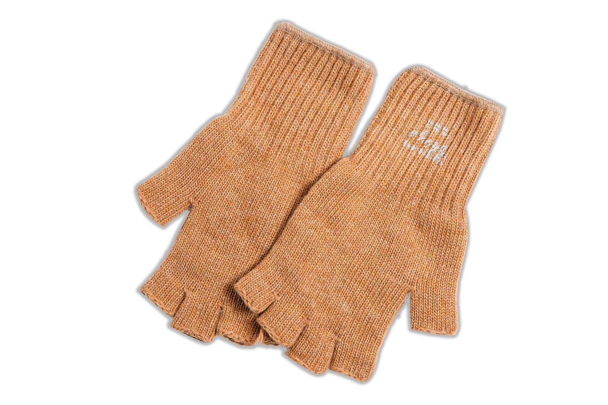nonnative咖啡色五指手套,約NT$4,500。