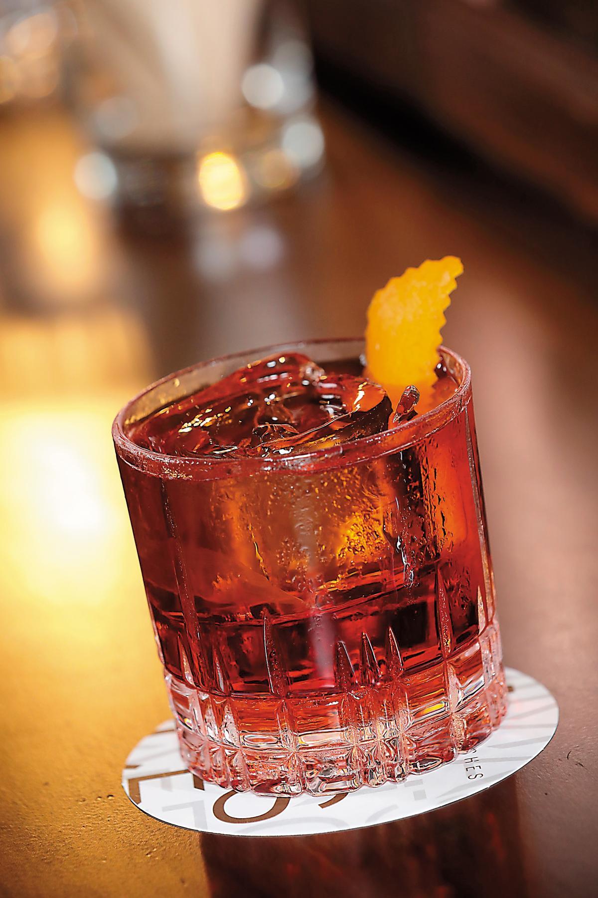 威杯Rock:身寬體胖、可容納大冰塊,讓威士忌降溫卻不會過度稀釋,或適用水割喝法,成熟穩重卻又帶點放鬆的品飲展現。