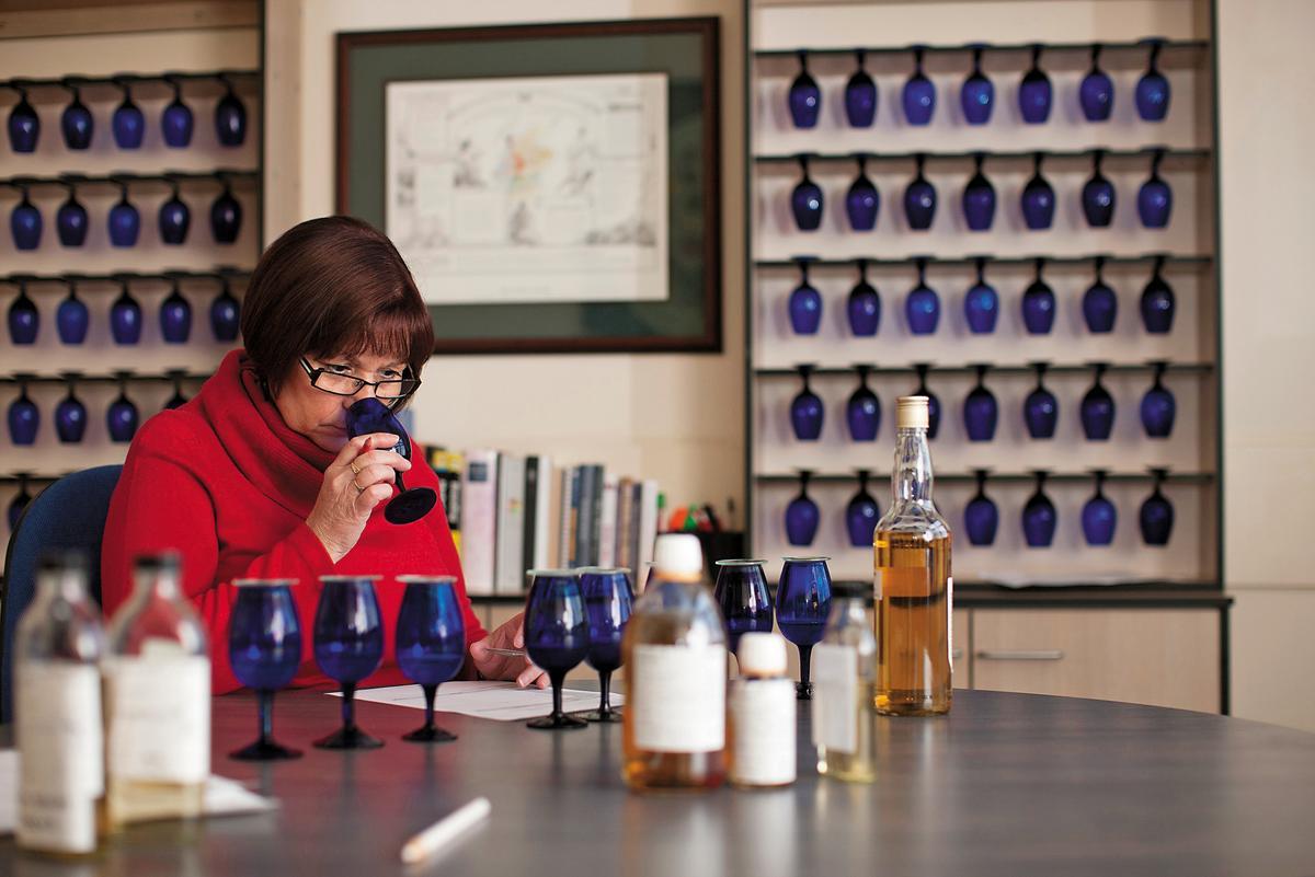 藍杯:蘇格登首席釀酒師Maureen Robinson品飲樣本時,會用不透光不顯色的專業湛藍杯,在一些國際比賽也一樣如此。