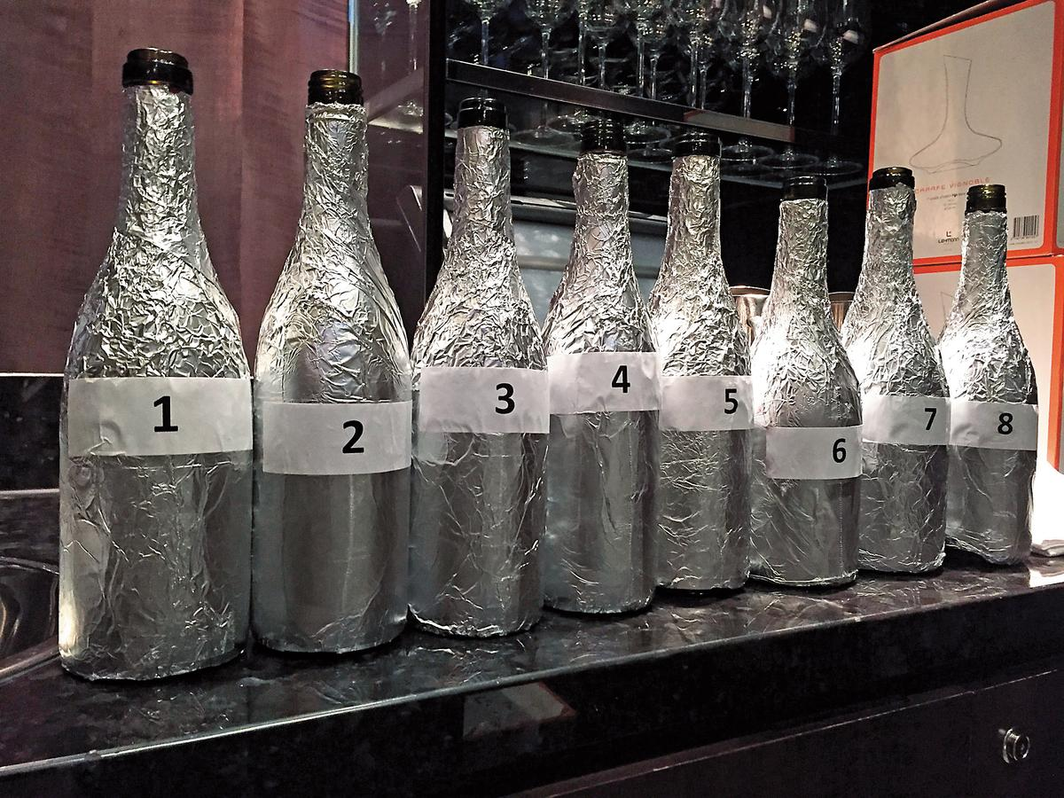 矇瓶:矇瓶(把瓶子包起來,看不到酒標與酒瓶形狀),或是換瓶也常常是另一種盲測的方式。