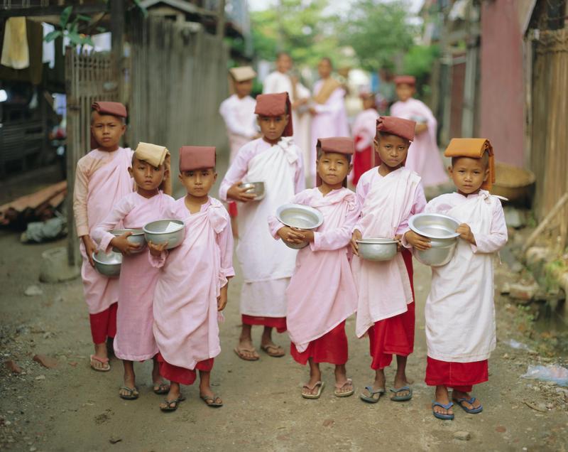 緬甸的小尼姑們在街頭托缽化緣。根據「全球給予指數」,緬甸是連續第四年被評為全球最慷慨、最善心助人的國家。(東方IC)