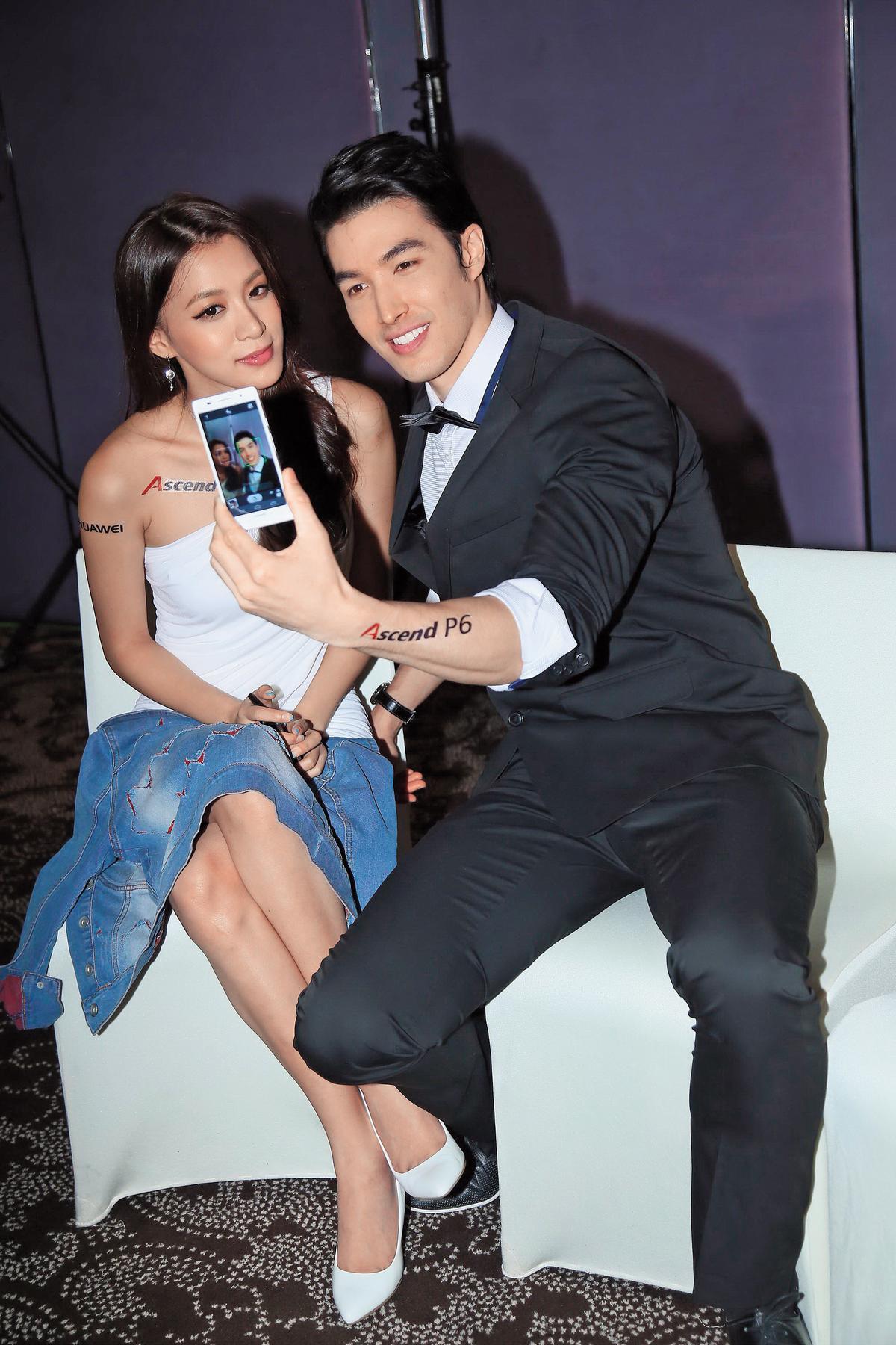 王思平(左)和錦榮都是模特兒出身,兩人曾一起合作為時尚拍賣網站台,當時錦榮還稱讚她有一雙修長美腿。(東方IC)