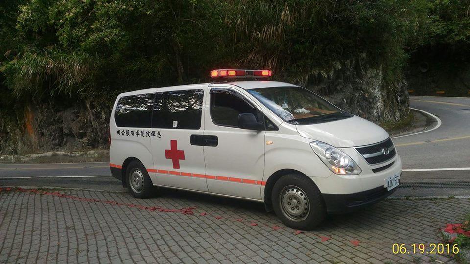 慈輝救護車違法跨區出勤,更疑因未及時急救導致患者死亡。圖非事發當天的救護車。(翻攝慈輝官方臉書)