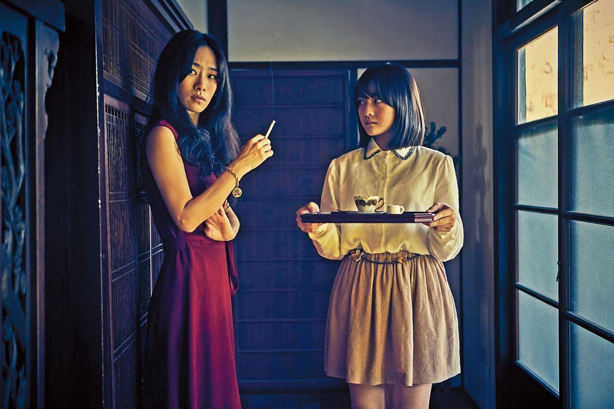 日式建築主色多為褐色,演員吳可熙(左)、文淇的服裝色彩可緩和沉重的基調。(双喜提供)