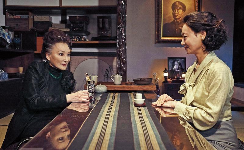 飾演棠夫人的惠英紅(右)與陳莎莉在接待廳喬事情,牆上將軍像出自美術設計蔡珮玲之手。(双喜提供)