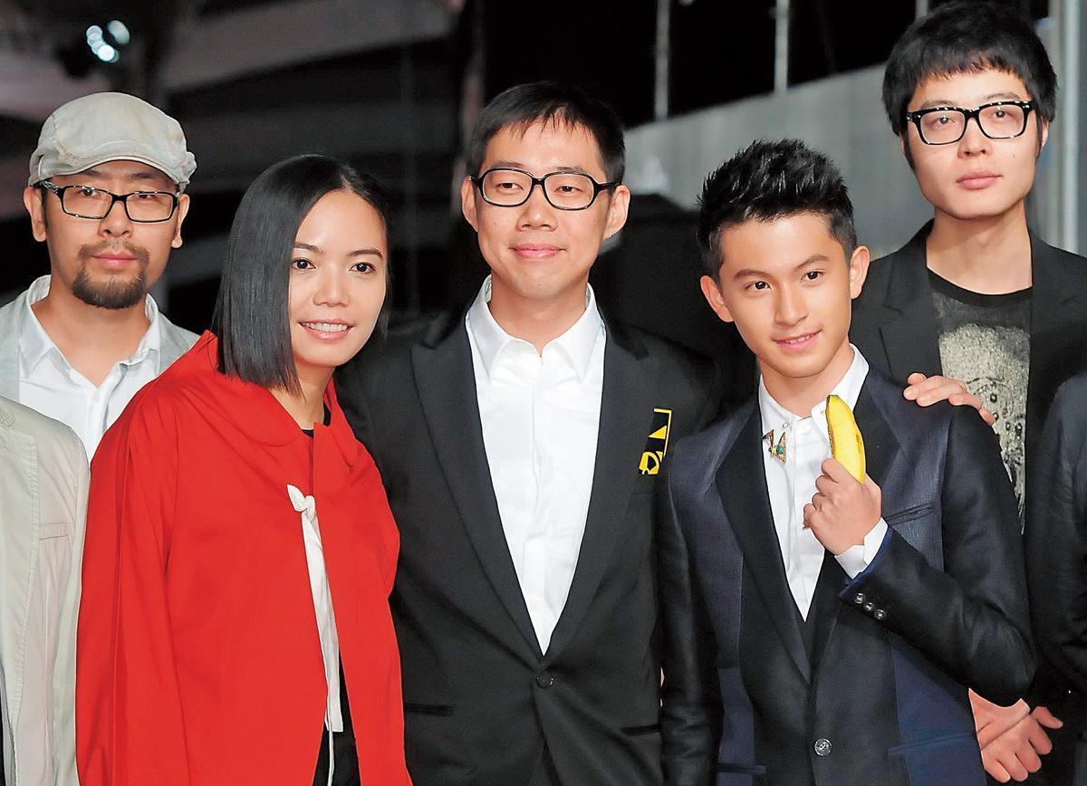 2012年以《星空》入圍金馬獎最佳美術設計的蔡珮玲(左二),與導演林書宇(中)、演員林暉閔(右二)等一起走星光大道。(東方IC)