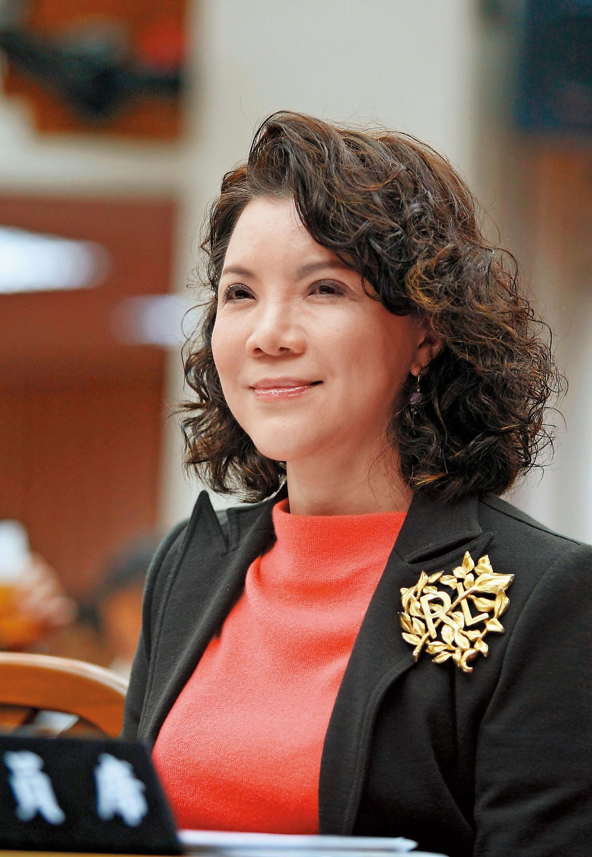 據傳,簡立喆遲到不被炒的原因是她的後台超硬,媽媽是國民黨前立委趙麗雲。(翻攝自國際佛光會中華總會)