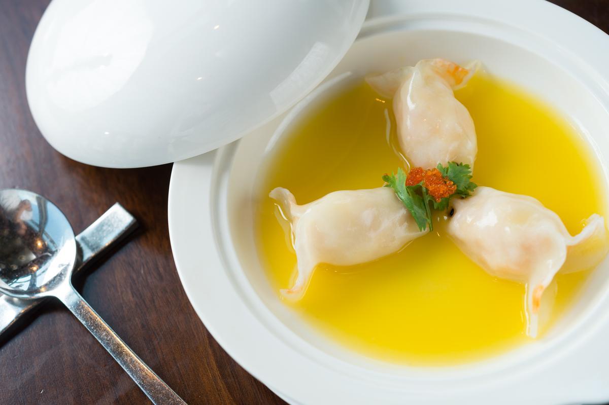 「黃燜湯金魚餃」的濃湯以大骨、瑤柱、豬手、鴨肉和藏紅花慢熬10小時,鮮香不膩。(澳門幣58元起/份,約NT$218)
