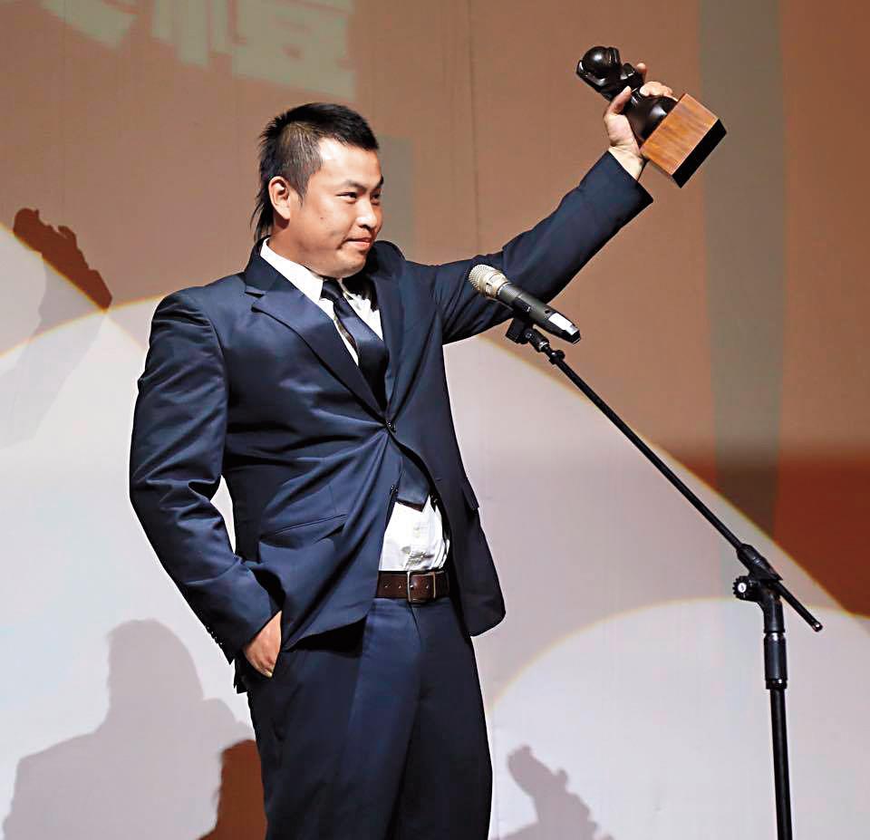 林泓育的球員生涯相當亮眼,2015年也獲年度最佳指定打擊獎。(翻攝自Lamigo Monkeys粉絲團)