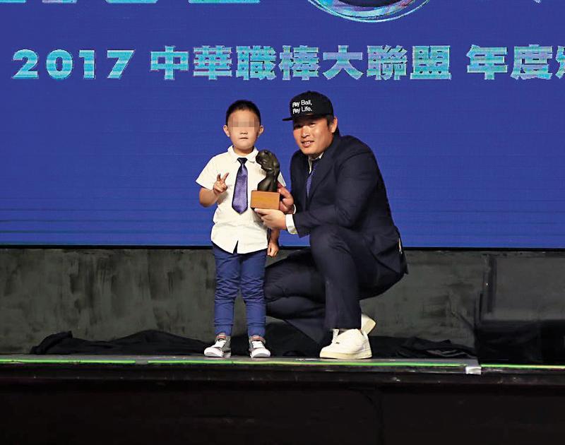 林泓育2017年獲得年度最佳指定打擊。