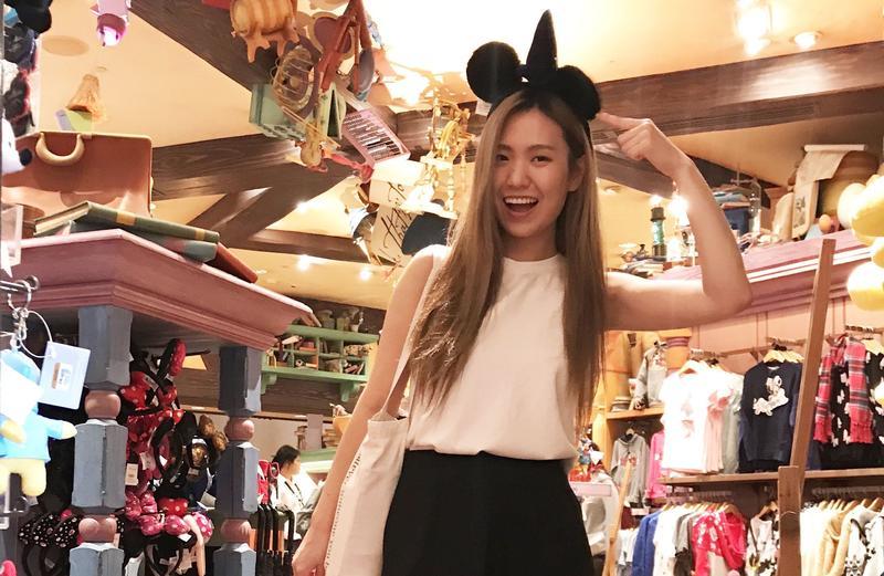孫盛希到迪士尼樂園玩,見到米老鼠本尊,當場少女心噴發。(滾石提供)