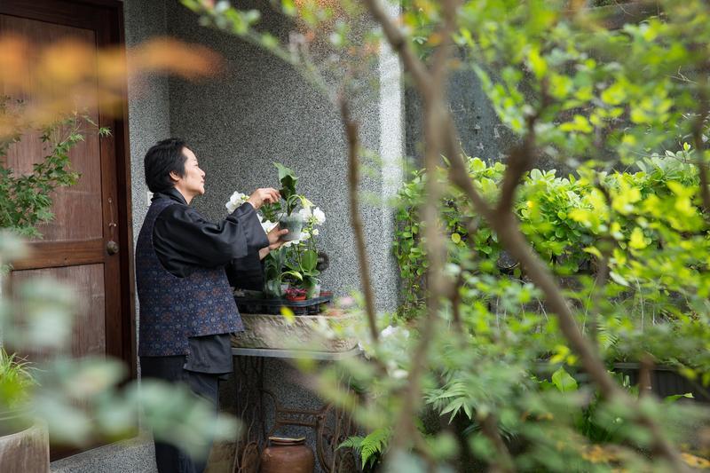 鄭問妻子有台灣傳統婦女的堅韌,成就男人,把自己縮小到幾乎看不見。