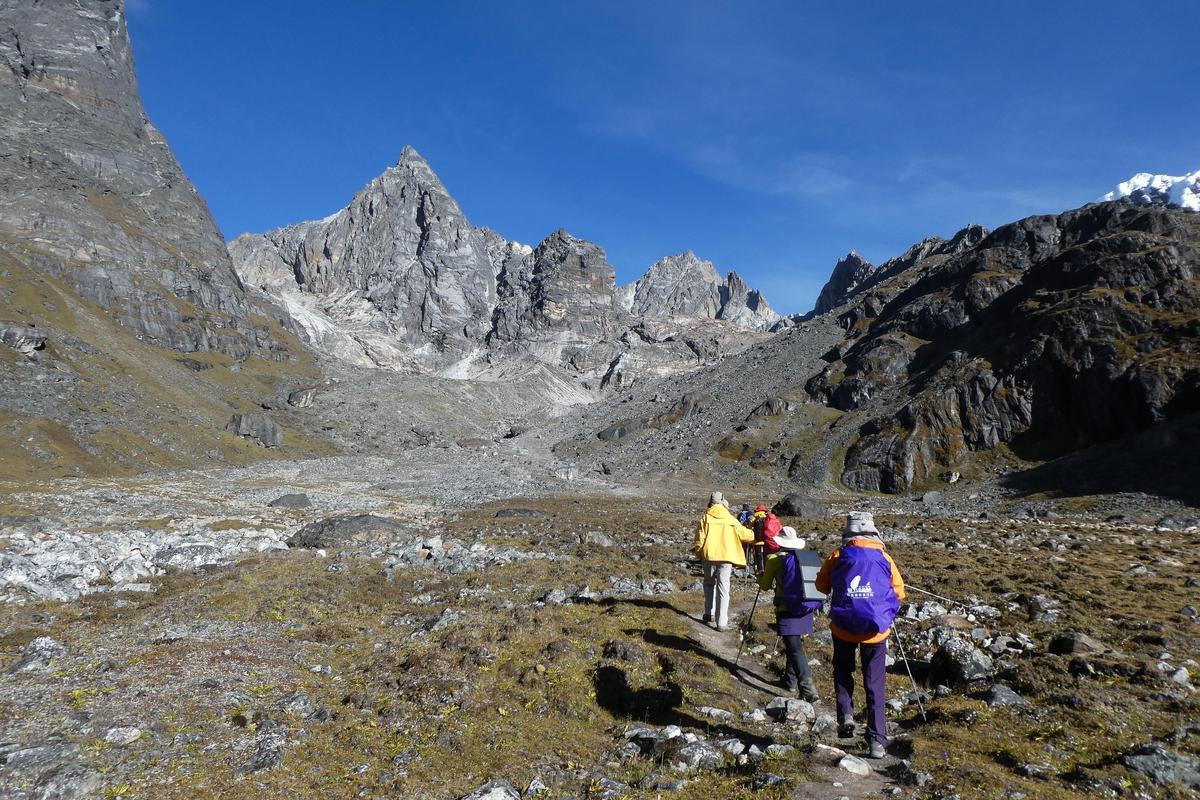 前往Cho-La pass,為前方最矮的隘口。