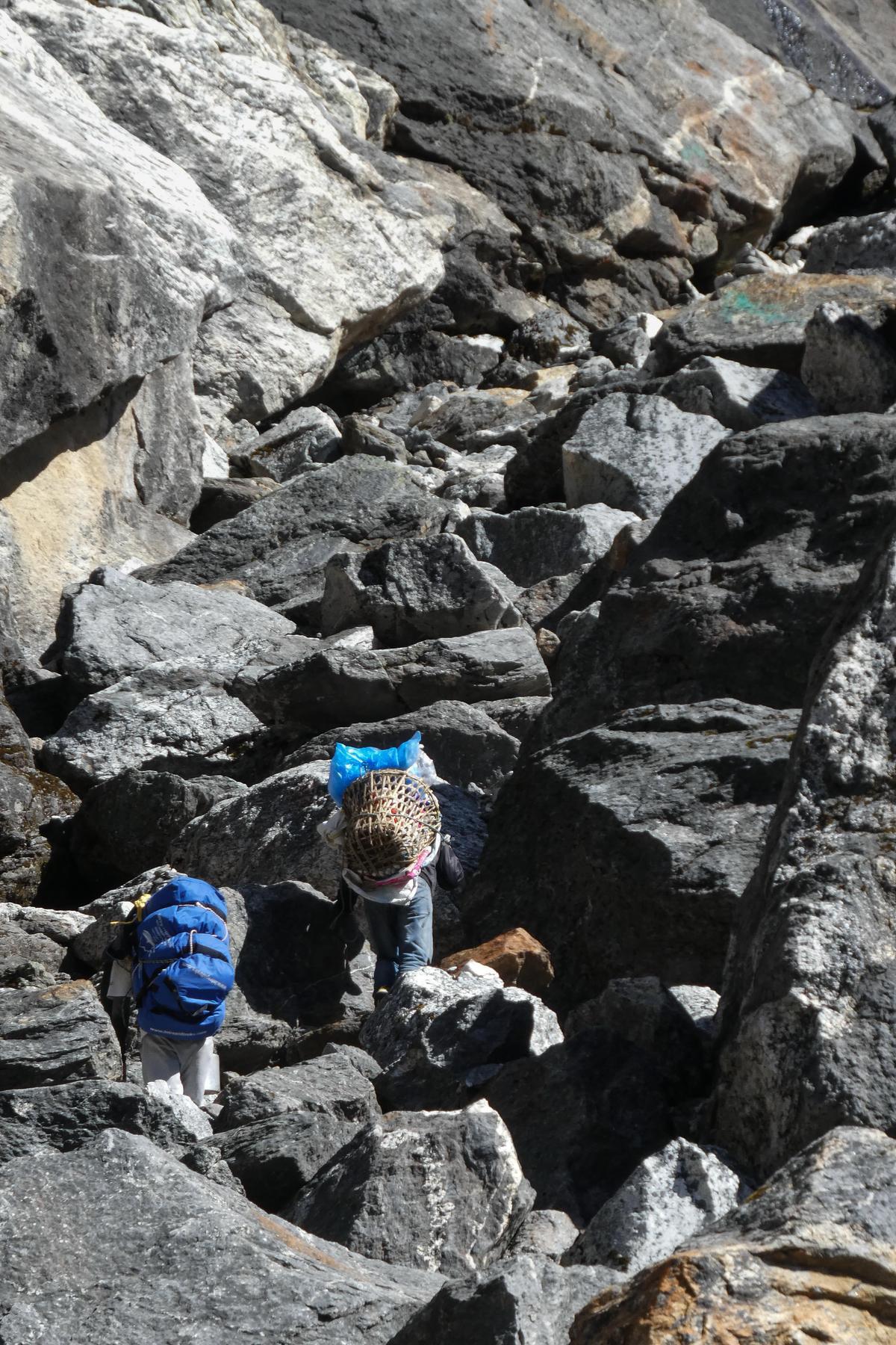 開始爬山層層巨石區。