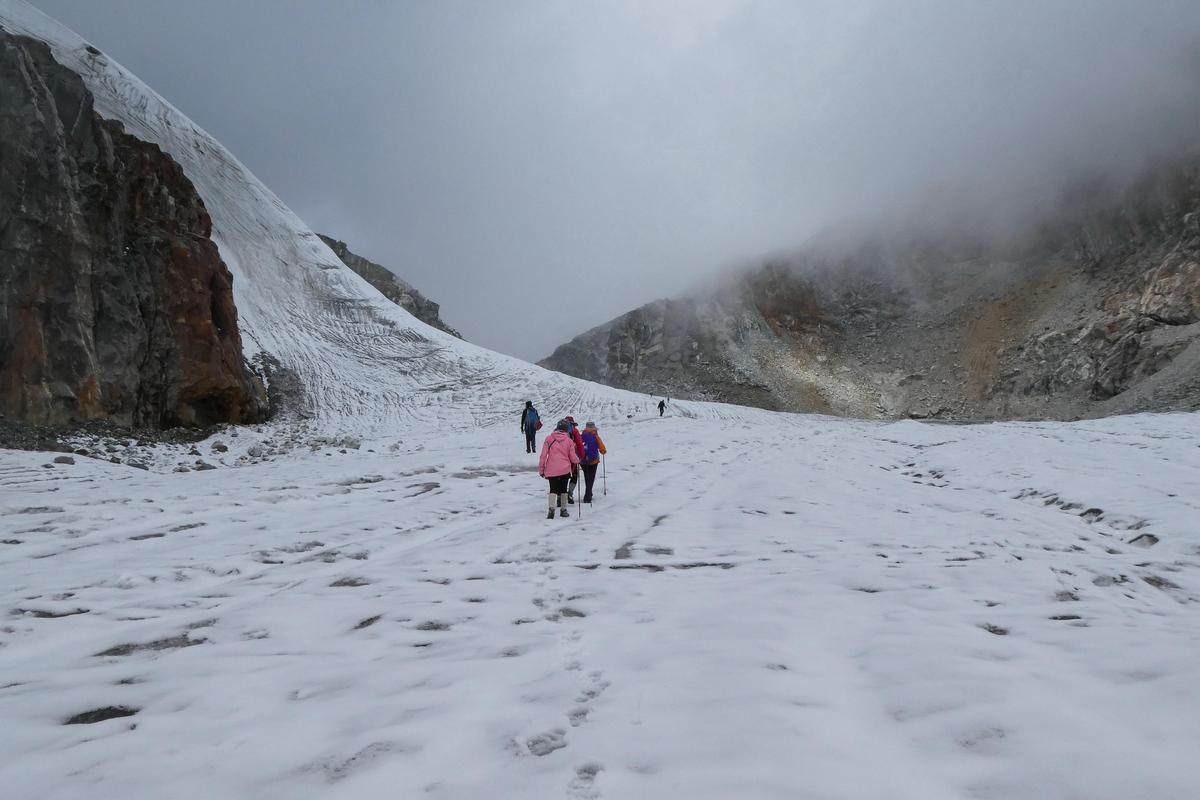 開始穿越冰川之路,已是一片霧氣。