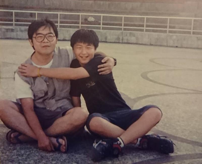 十多年前,鄭問(左)與兒子鄭植羽的合影。(圖:鄭植羽提供)