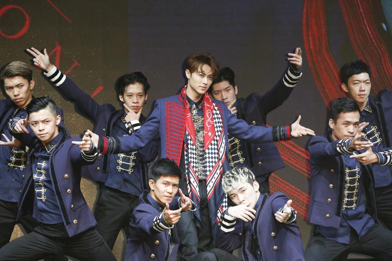 王子邱勝翊推出個人首張EP《Attention!》,記者會上展現苦練舞技。