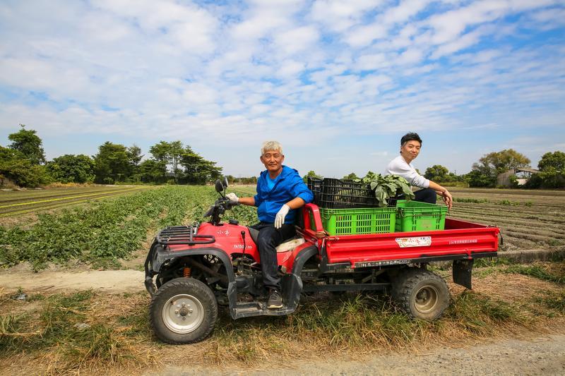 擅長歐式料理的主廚林泉(右)搭著個性小農林中智(左)的小牛車巡菜田、找食材,對食材及料理充滿熱情的他們,此刻看來有點可愛、有點帥!