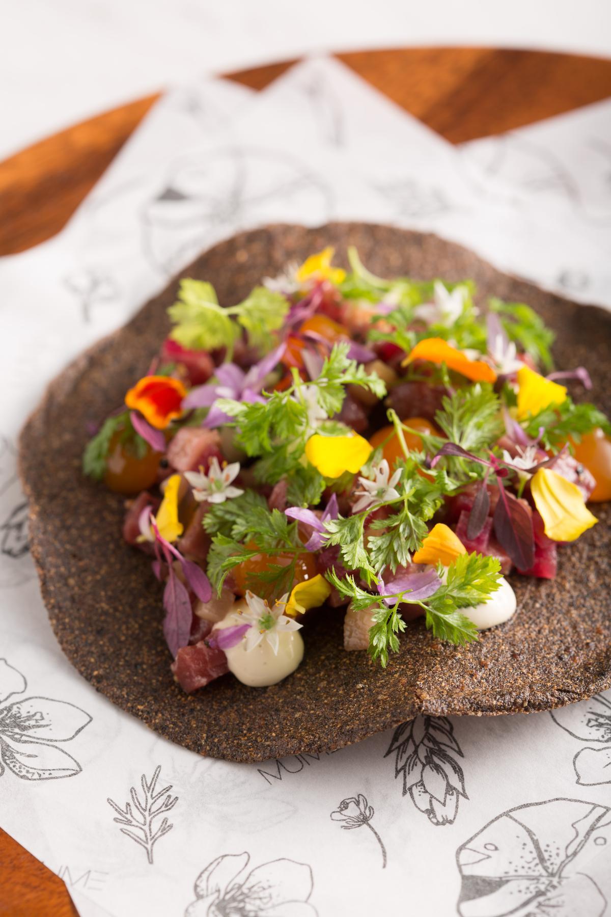 「紅藜花卉墨西哥餅」上的石蒜花帶嗆味,完美搭配生牛肉的鮮甜。(480元/份)