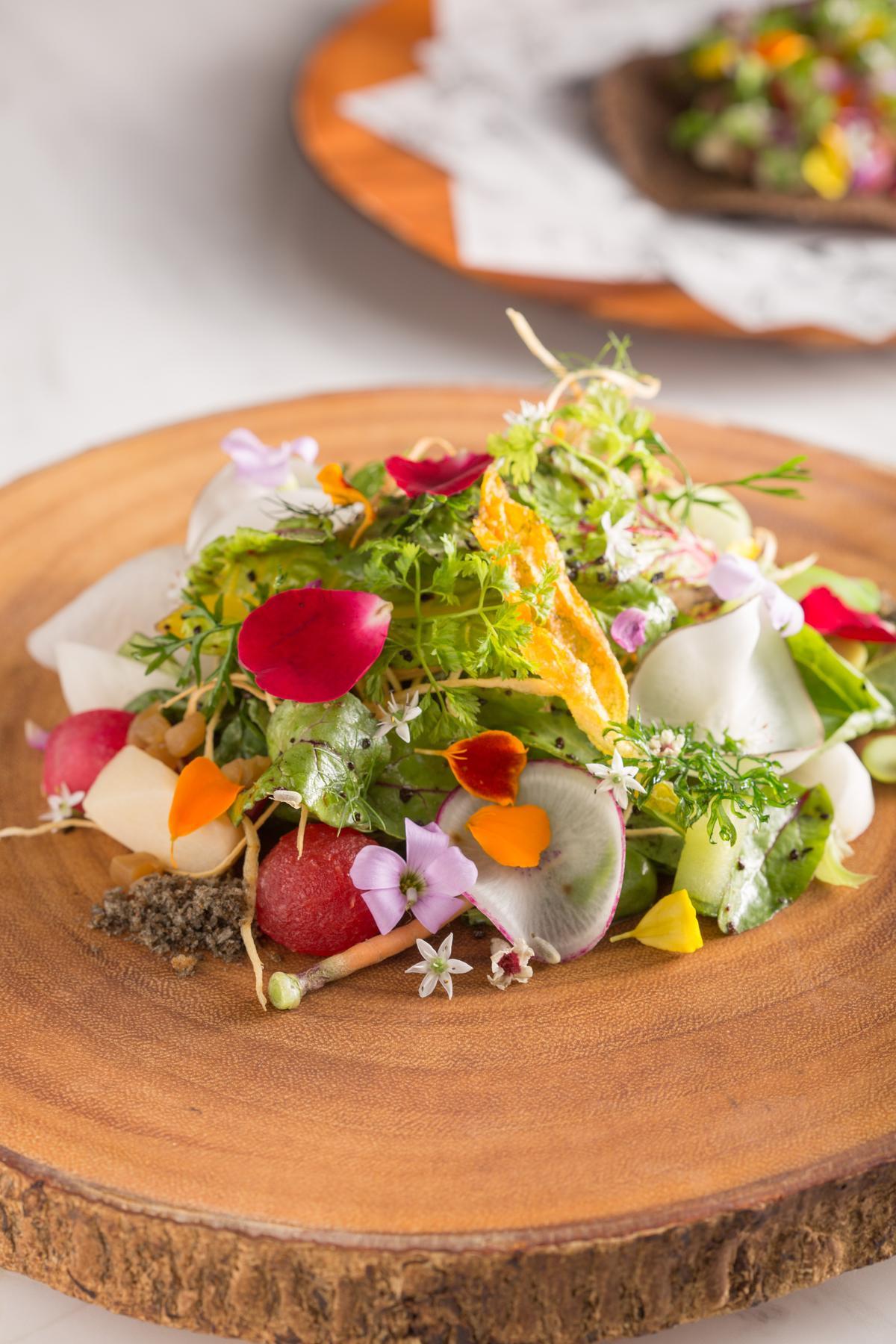 加了炸南瓜花、雞屎藤花、漬蘿蔔等食材的「MUME沙拉」以馬告香料、豆鼓粉末調味,勾出了沙拉的鮮味,每一口都滋味層疊,風味不同。(480元/份)