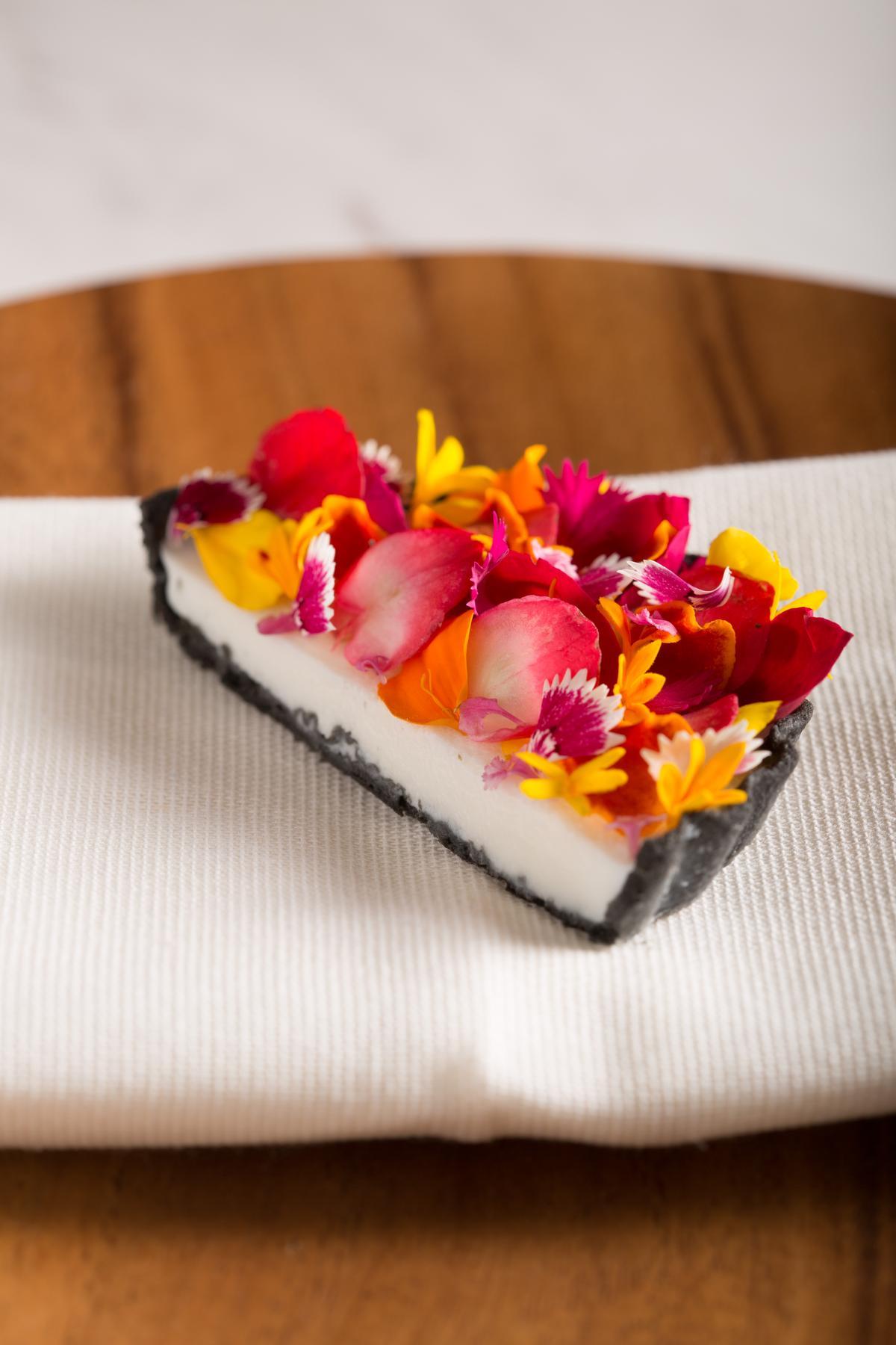 紅花如緞的「花卉塔」,以淡淡酸香的石竹、玫瑰搭配百香果餡起司,美麗地讓人捨不得享用。(2880元套餐菜色)