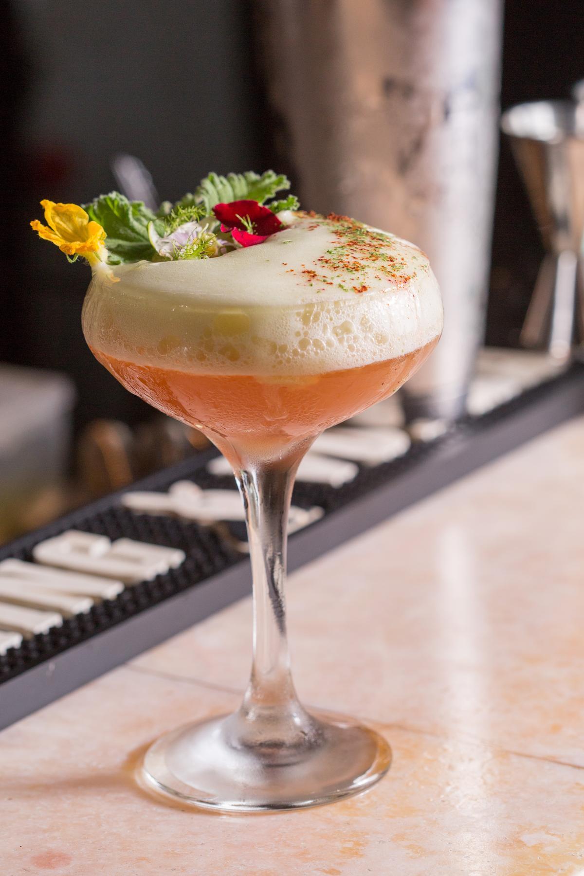 鮮爽氣息揉入玫瑰馨香的「玫塊 黃瓜花」調酒,意圖讓人迷濛在花園間。(350元/杯)