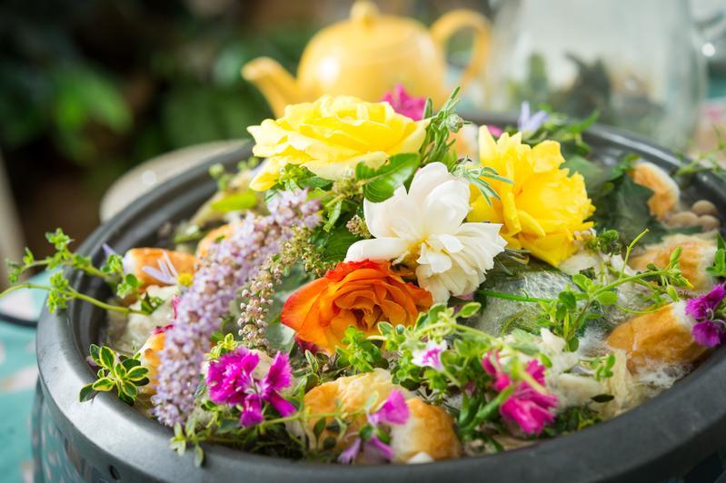 燦爛繽紛的可食花卉加到火鍋裡烹煮,花香令人印象深刻。