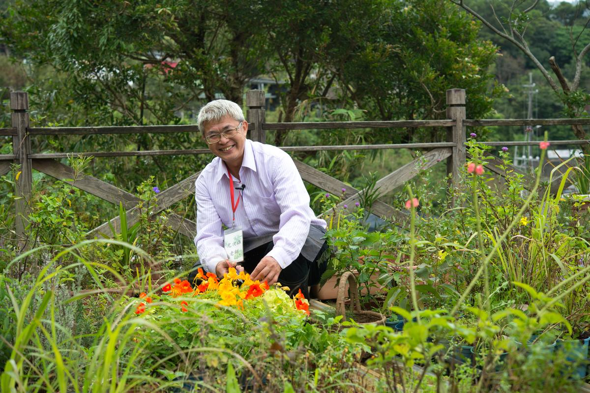 「台灣香草之父」尤次雄推廣花卉香草栽種及飲食長達20幾年,他研發的花火鍋奔放燦爛,也符合台灣人愛吃熱食的飲食偏好。