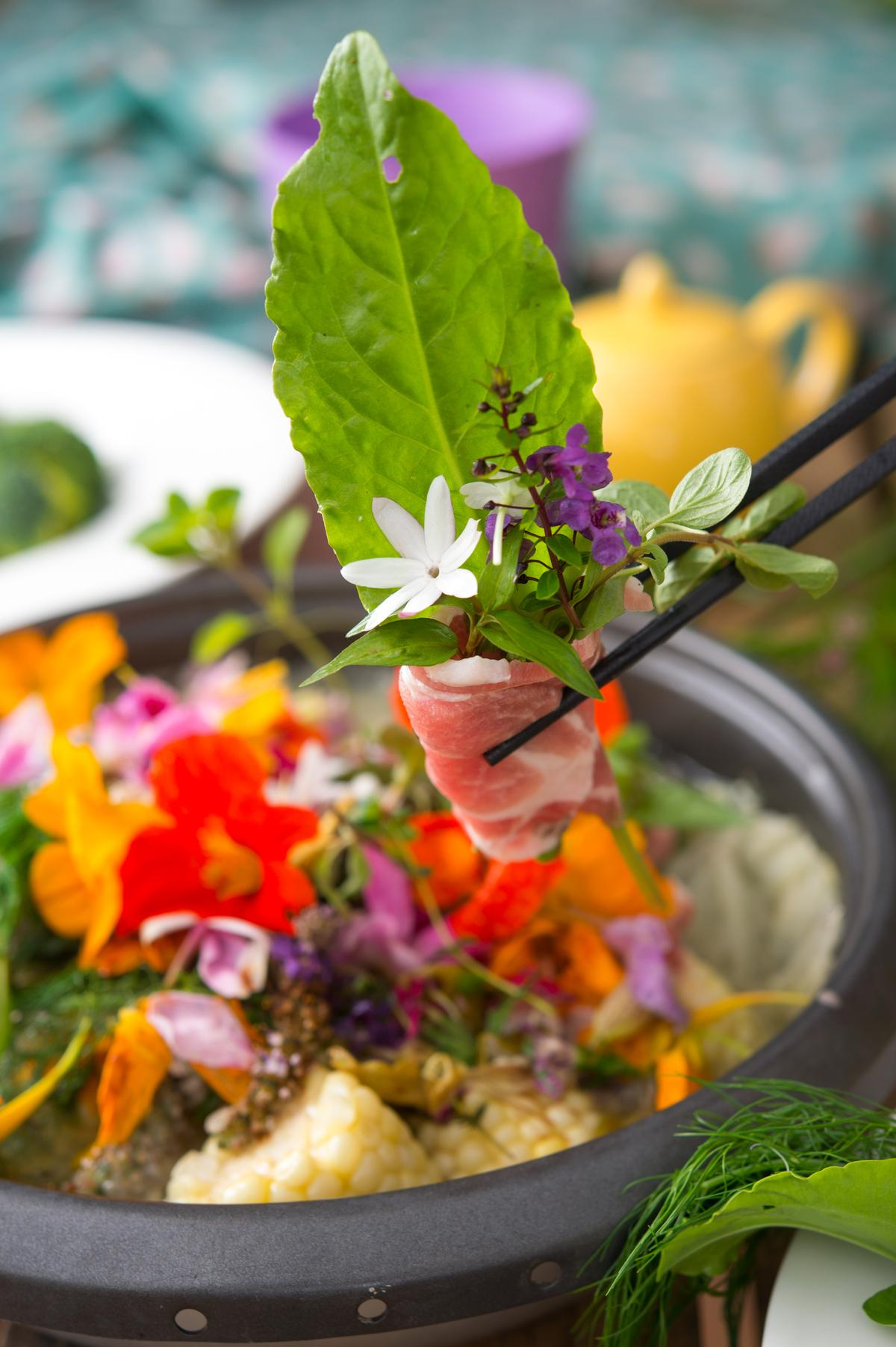 「香草束花火鍋」的「第1把香草束」鍋,形如深秋的花園水池,香草氣息濃郁。(800元套餐菜色)