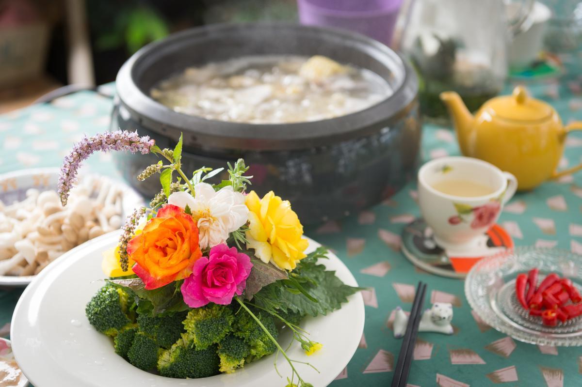 「香草束花火鍋」的「第2把香草束」加入花瓣數多的大輪玫瑰、紫蘇葉及蛤蜊、番茄,玫塊口感如緞,香氣緲淡。(800元套餐菜色)