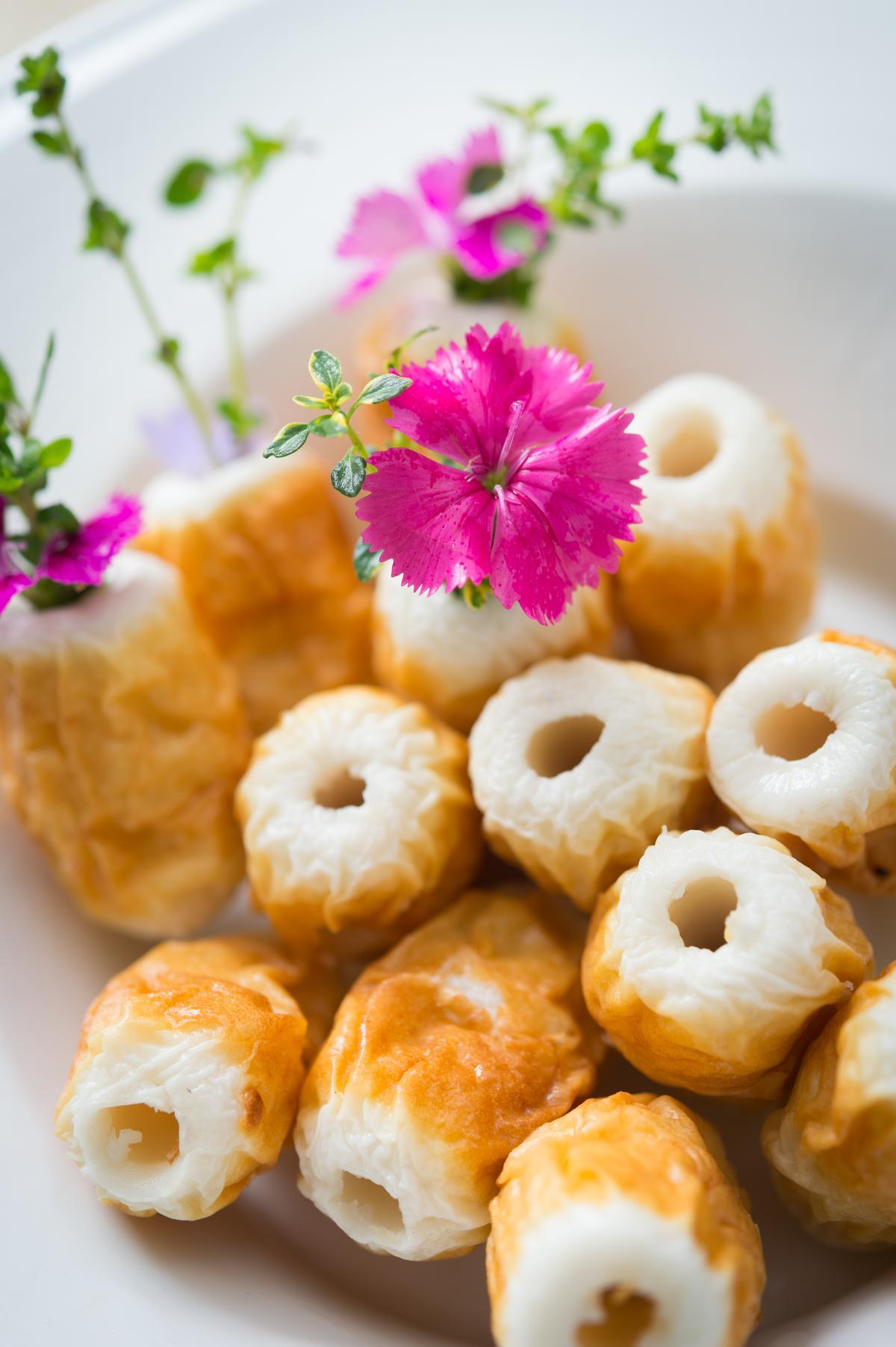 以帶梗的石竹、馬郁蘭插成「花竹輪」,火鍋料大變身也添風味。(800元套餐菜色)