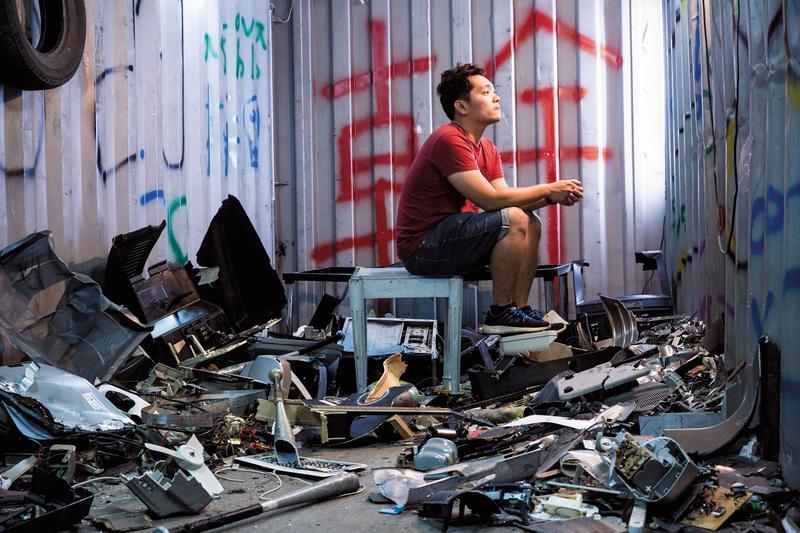 Joe以貨櫃打造憤怒屋,裡頭全是客人砸碎的物品。