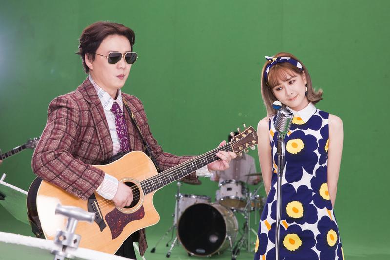 蕭煌奇跟安心亞拍攝〈咱結婚好嗎〉MV,一身復古造型彷彿走入時光隧道。(華納提供)