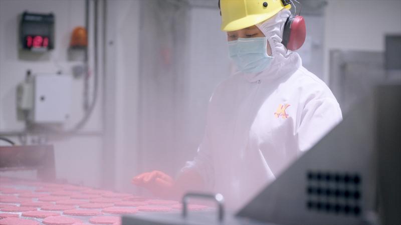 麥當勞全台最大的生產基地「麥當勞食品城」,位於彰化大城鄉,由「碁富食品」做肉品加工來供應,每一環節都要符合安全衛生標準。(麥當勞提供)