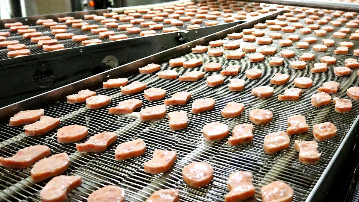 向美國麥當勞總部訂製的雞塊模型,再塑形未炸熟前就已分別為球形(Ball)、靴型(Boot)、骨頭型(Bone)與鈴鐺型(Bell)。(麥當勞提供)