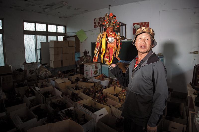 12年前,林金連與好友鄒慶榮法師,為車城福安宮無人認領的1千多尊土地公做退神處理。這些神明仍好好存放,原主人資料都建檔,林金連期待有一天信眾會來領回。