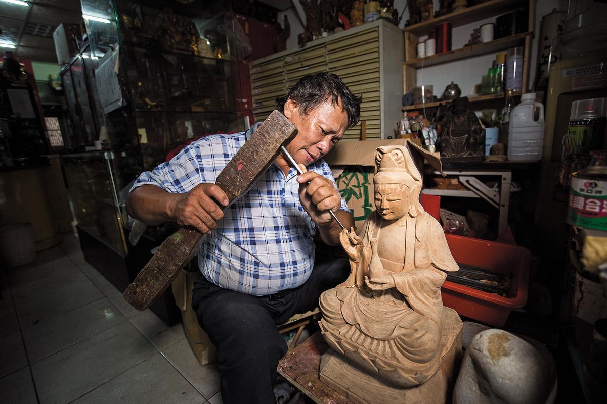 機器雕刻盛行,加上大陸廉價神像傾銷,手雕神像已沒落,但林新來沒因此擱下技藝。