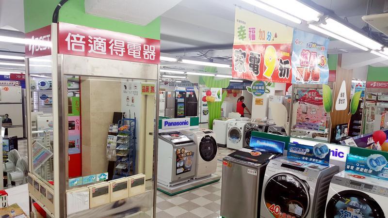 本刊17日實際走訪位於南京東路上的倍適得南京分店,上百坪的賣場內,有多達6名店員,但一整個下午,除了記者之外,完全沒有任何顧客上門。