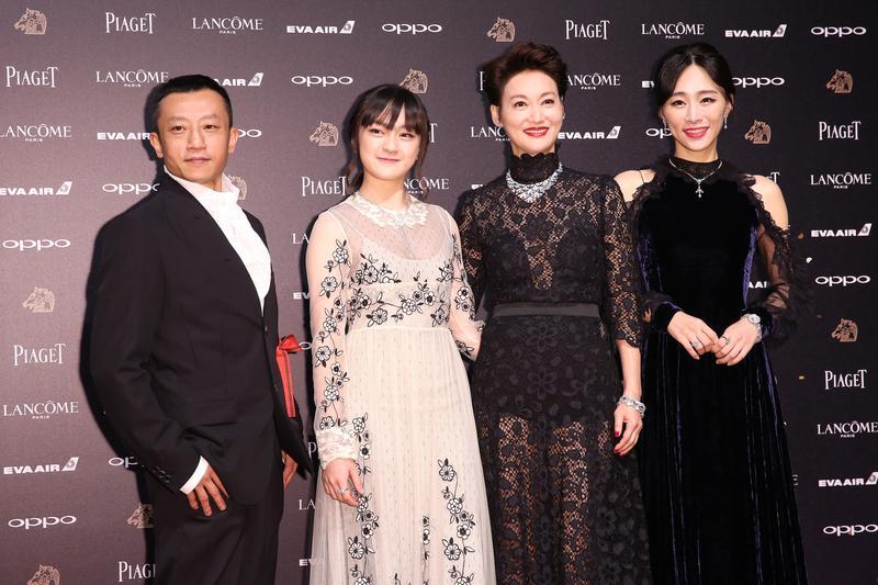 《血觀音》一片,讓惠英紅(右2)獲最佳女主角、文淇(左2)獲最佳女配角,也一舉拿下最佳劇情片,堪稱本屆金馬獎最大贏家。左為導演楊維喆。