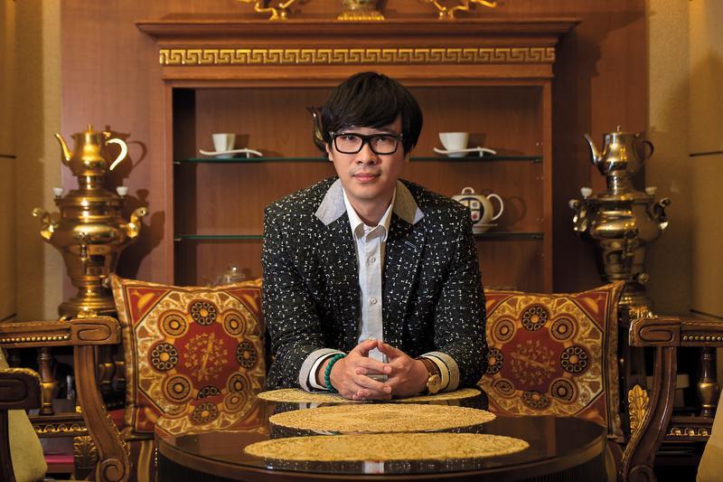 唐家三少曾2度入選福布斯中國名人榜,連續5年登上中國網路作家排行榜冠軍。